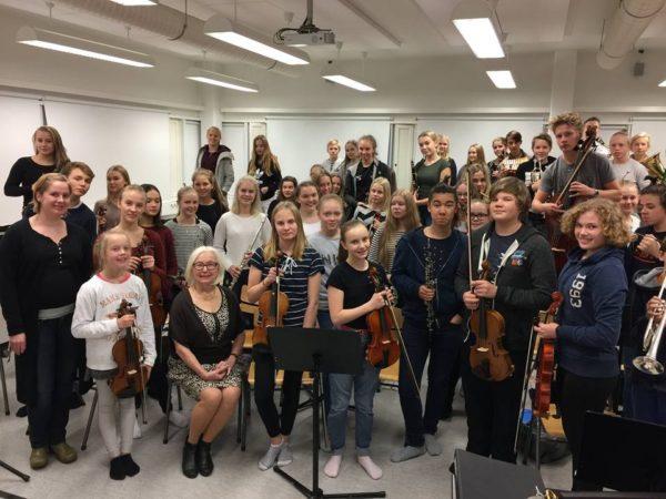 Mikkolan koulun Sinfoniaorkesteri ja kummimuusikko Helmi Horttana. Mukana myös RSOn ystävät ry:n puheenjohtaja Eija Kujala.