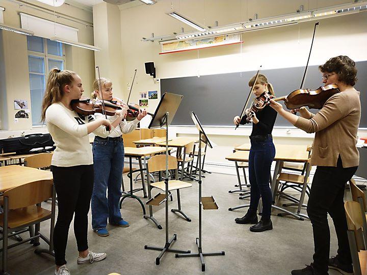 Sibelius-lukiossa, RSOn ystäväyhdistyksen ystäväkoulussa, hiottiin Agricolan päi…
