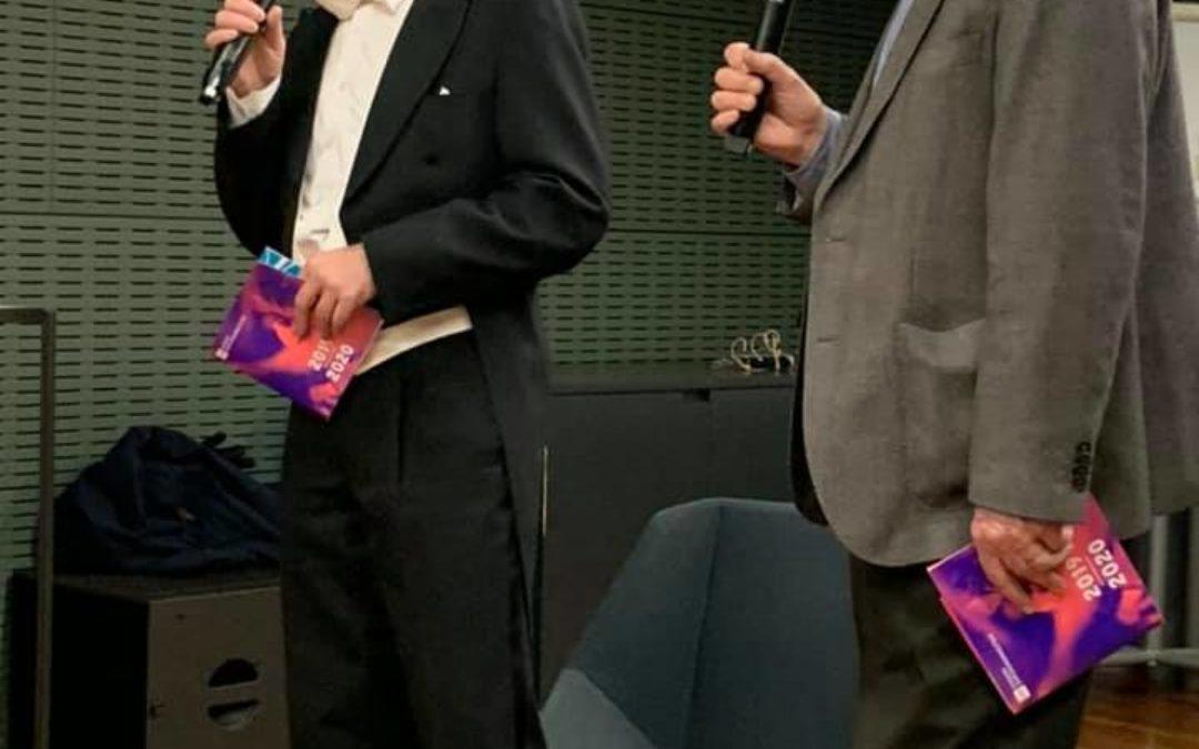 Illan konserttia varten frakkiin pukeutunut RSO:n fagotisti Jussi Särkkä ja ystä…